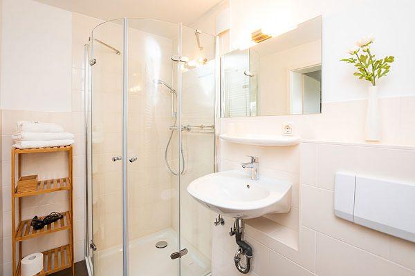 Doppelzimmer mit Bad in der Ferienpension Seeblick auf der Insel Rügen