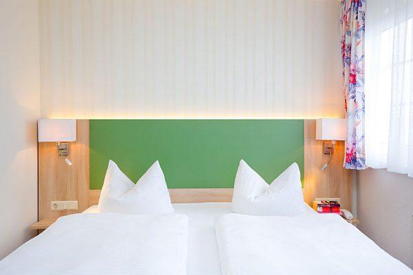 Bett vom kleinen Doppelzimmer in der Ferienpension Seeblick in Neuensien auf Rügen