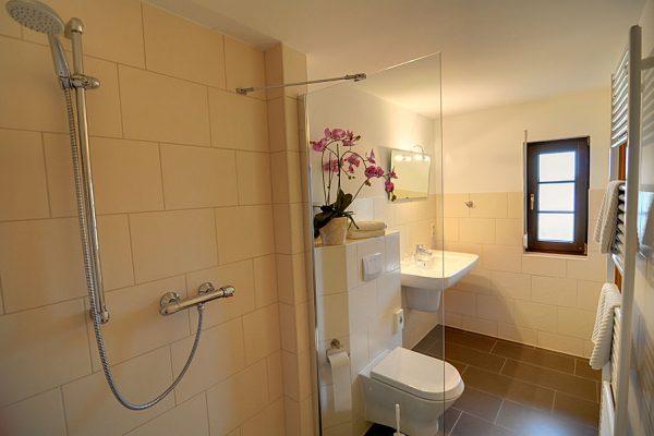 Doppelzimmer mit Bad in der Ferienpension Seeblick in Seedorf auf Rügen