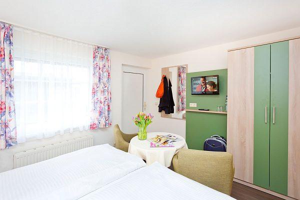 Doppelzimmer mit Bett in der Ferienpension Seeblick in Neuensien auf der Insel Rügen